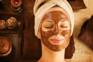 Appliquer son masque visage au chocolat